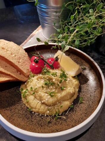 Fra veganbuffeen på Scandic Nidelven. Urtehummus fra Frosta, toppet med dulcia-tomater, sesam og sprøtt brød. (Foto: Scandic Hotels)