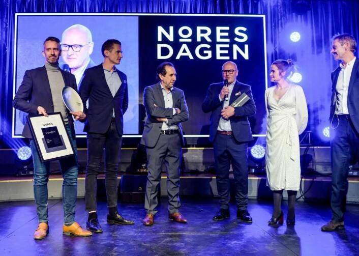 «Årets leverandør» hos Nores: Engrosfrukt. Fra venstre: Hans Thomas Henriksen (Engrosfrukt kjedekontor), Trond Olaussen (Meum Frukt & Grønt), Renzo Faitelli (Eugen AS),Olav Slette (Engrosfrukt AS), Live Nelvik (konferansier) og Petter Ravik (Nores SA). (Foto: Nores)