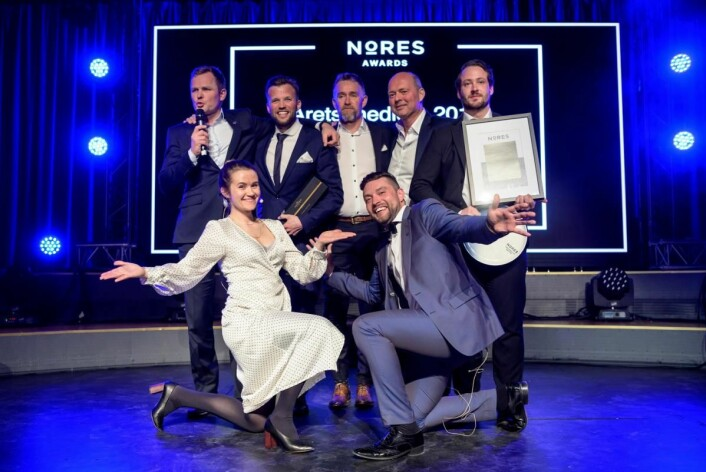 De glade vinnerne fra Vestlia Resort sammen med konferansier Live Nelvik og Erik Strøm fra Nores. (Foto: Nores)