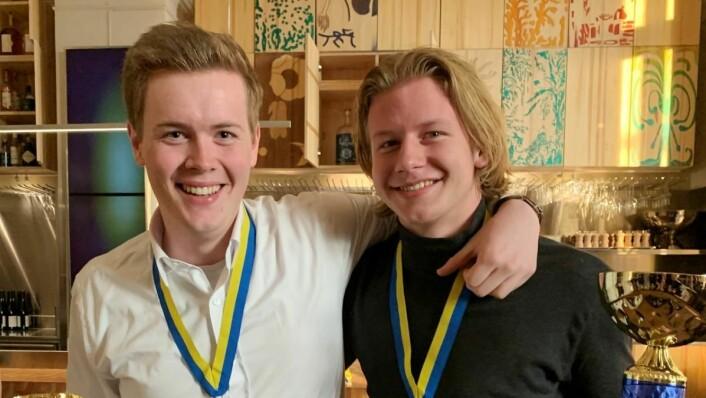 Kokkelærlingene Audun Blystad (t. v.) og Håvard Onsøyen tok gull i Nordisk mesterskap for kokk- og servitørlærlinger 2019. (Foto: NHO Reiseliv)