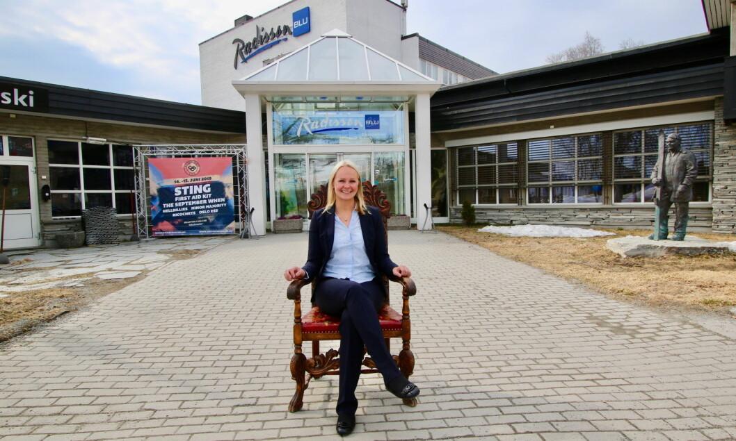 En konge og en dronning foran Radisson Blu Beitostølen: Mr, Beitostølen, Steinar Hovi, der han står på sin post foran inngangen til hotellet, og den nye hotelldronningen på Beitostølen, 31 år gamle Silje Moen, oppvokst ikke mange kilometer fra Beitostølen. (Foto: DestinasjonsKirurgene)