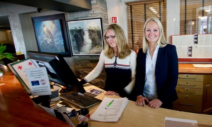 Silje Moen sammen med resepsjonist Laila Nordberg. Nå har Radisson Blu Beitostølen søkt etter nyresepsjonssjef, Moens tidligere stilling. (Foto: DestinasjonsKirurgene)