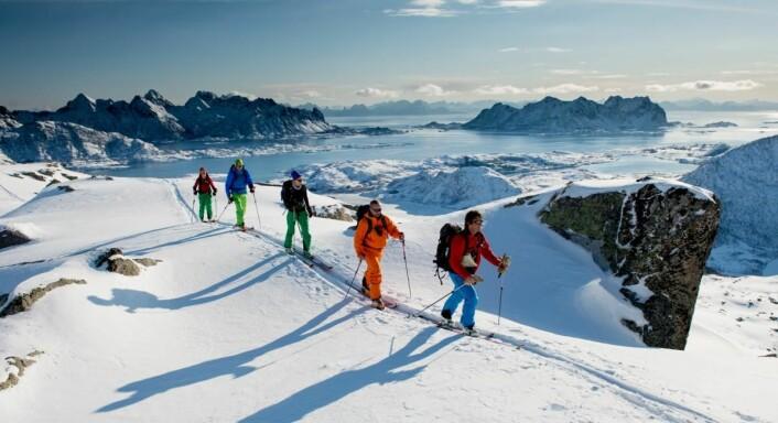 På tur i fjellene like nord for Svolvær, med Stormolla og Litlmolla i bakgrunnen. (Foto: Sverre Hjørnevik)