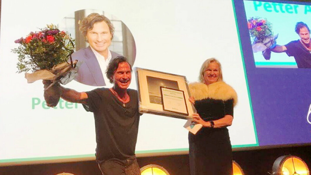 Petter A. Stordalen er tildelt NHO Reiselivs hederspris. Til høyre Kristin Krohn Devold. (Foto: NHO Reiseliv)