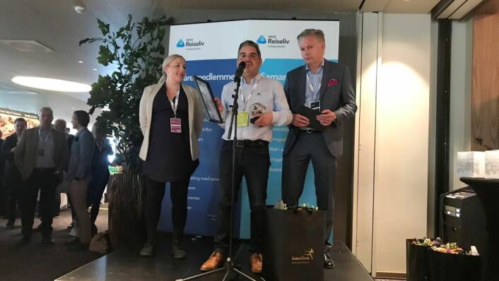 Macks Ølbryggeri er Årets leverandør av drikke 2019. Fra venstre: Heidi Ellefsen Ihlström (innkjøpssjef i NHO Reiseliv Innkjøpskjeden), Ketil Bøe (Key Account Manager i Macks Ølbryggeri) og Øyvind Frich (leder av innkjøpsutvalget i NHO Reiseliv Innkjøpskjeden). (Foto: NHO Reiseliv)