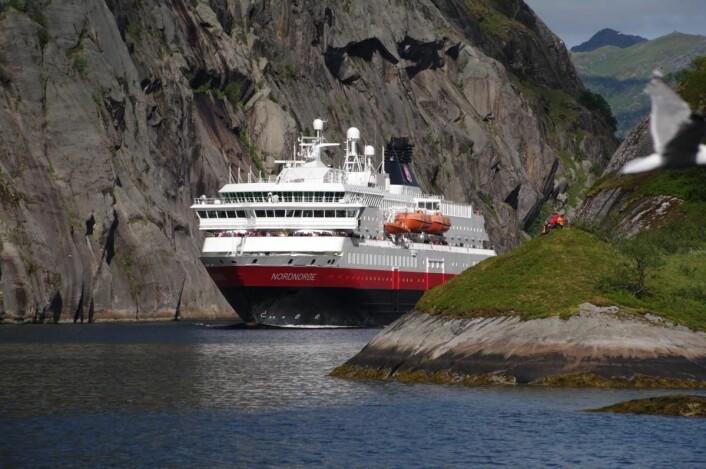 MS Nordnorge er ett av minst seks skip Hurtigruten skal oppgradere til å drives på en kombinasjon av batterier, naturgass (LNG) og biogass (LBG) - produsert av avfall som død fisk. (Foto: Ulf Hansson/Hurtigruten)