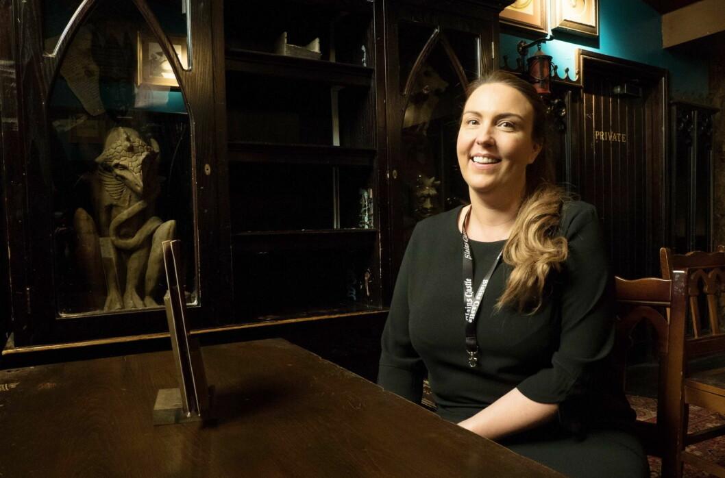 Lorna McCarroll har fått hjelp til å gjøre medarbeiderne flinkere og gjestene tryggere. Puben Slain's Castle er middelalderpreget, og dermed er det mulig å finne et mørkt hjørne for den som har ondt i sinne. (Foto: Georg Mathisen)