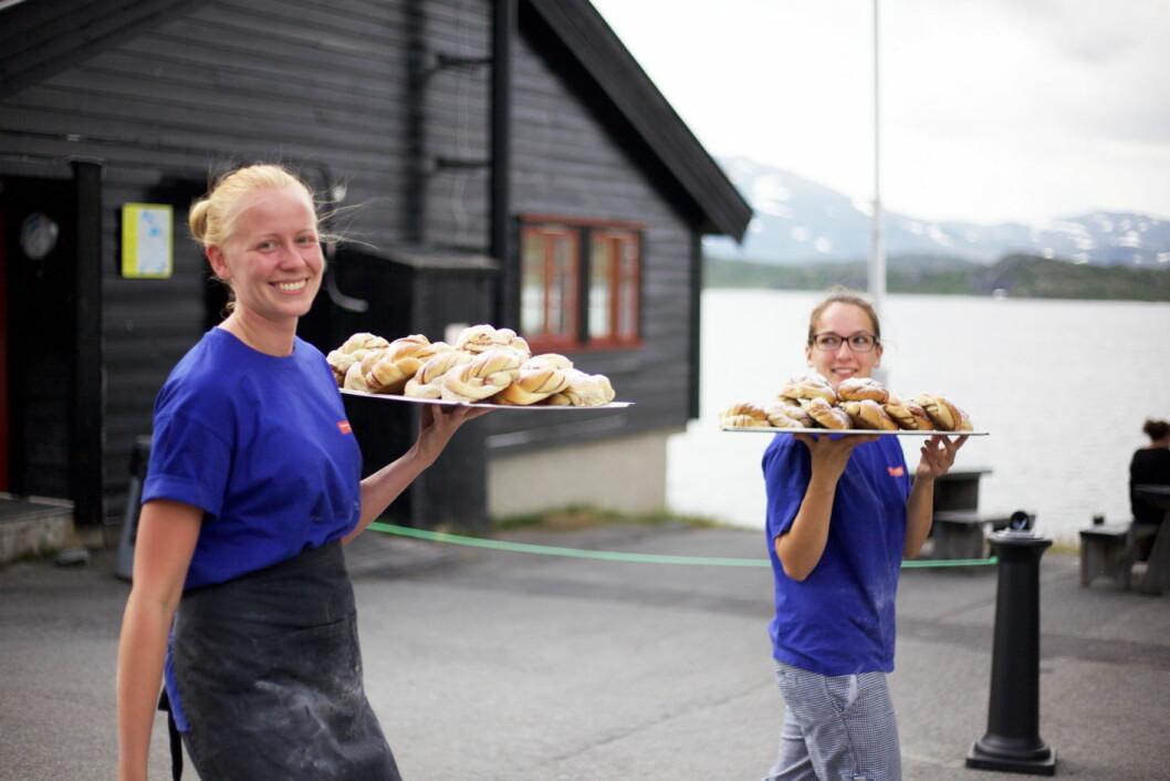 Ulrika Toftered og Anna Fischer iler over til Nansenstua med nystekte munnfuller. Snart ligger de på disken og roper på oss. (Foto: Lise Bjelland)