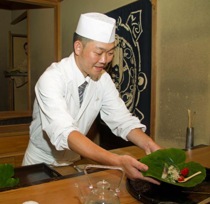 På Miyamasou arbeider kokken rett foran gjestene. Løsningen er uvanlig på en japansk ryokan, der maten vanligvis serveres på rommet. (Foto: Georg Mathisen)