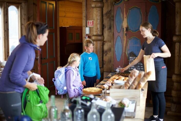 Duften av nybakte boller og brød møter deg når du kommer inn i den tradisjonsrike Nansenstua. Ingen går tomhendt ut derfra. (Foto: Lise Bjelland)