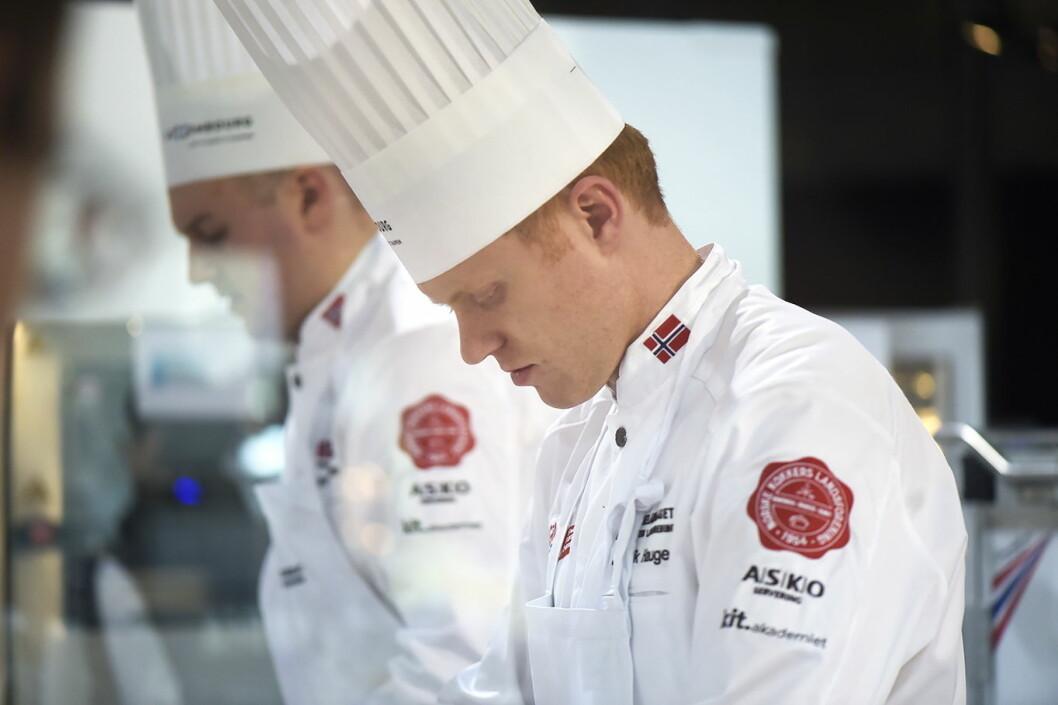 Jan-Erik Hauge (nærmest) og Kjell Patrick Ørmen Johnsen er to av deltakerne på kokkelandslaget. (Foto: Eirik Nilssen, Impulsfoto)