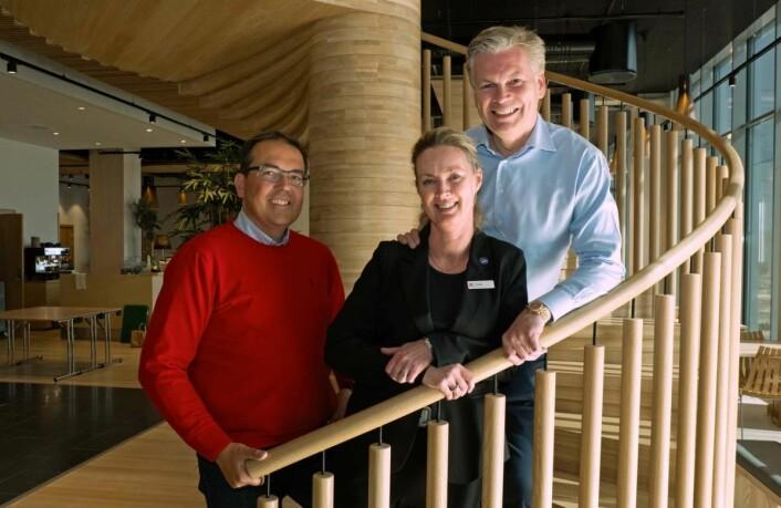 Salgssjef Bjørnar Bråthen (til venstre), hotellsjef Kari K. Liberg og eier Øyvind Frich ønsker velkommen til ro og fred i trehotell. (Foto: Georg Mathisen)