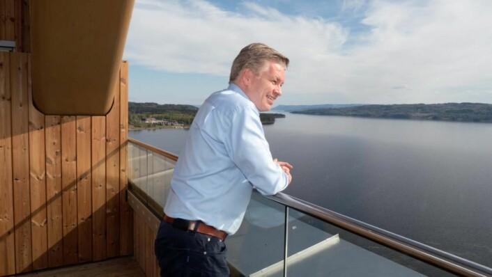 Øyvind Frich skuer utover Mjøsa fra Mjøstårnet. (Foto: Georg Mathisen)