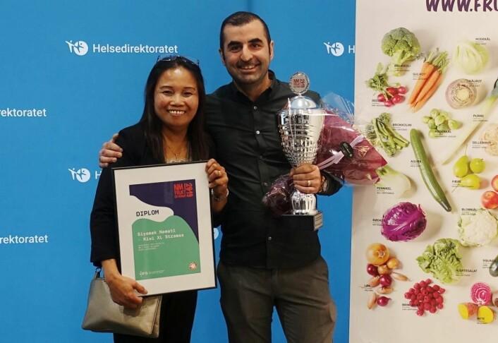 Siyamak Nemati, Kiwi XL Strømsø var storfornøyd med tittelen Årets ambassadør 2019. Her sammen med sin frukt- og grøntansvarlige Zheny. (Foto: Opplysningskontoret for frukt og grønt)