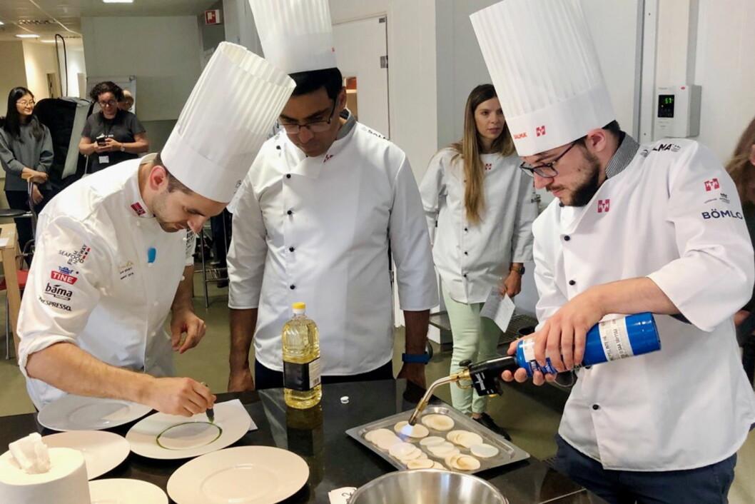 Filip August Bendi (til venstre) hjalp Vishy Anand og Maxime Vachier-Lagrave til gull i kokkekonkurransen i Stavanger i dag. (Foto: Stiftelsen Årets kokk)