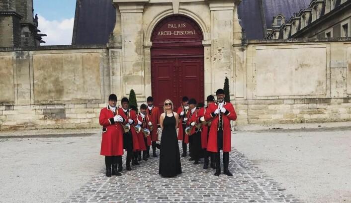 Henriette Battmottok den prestisjefylte ordenen «Chevalier d'Ordre des Coteaux de Champagne». (Foto: Einar Engelstad AS)