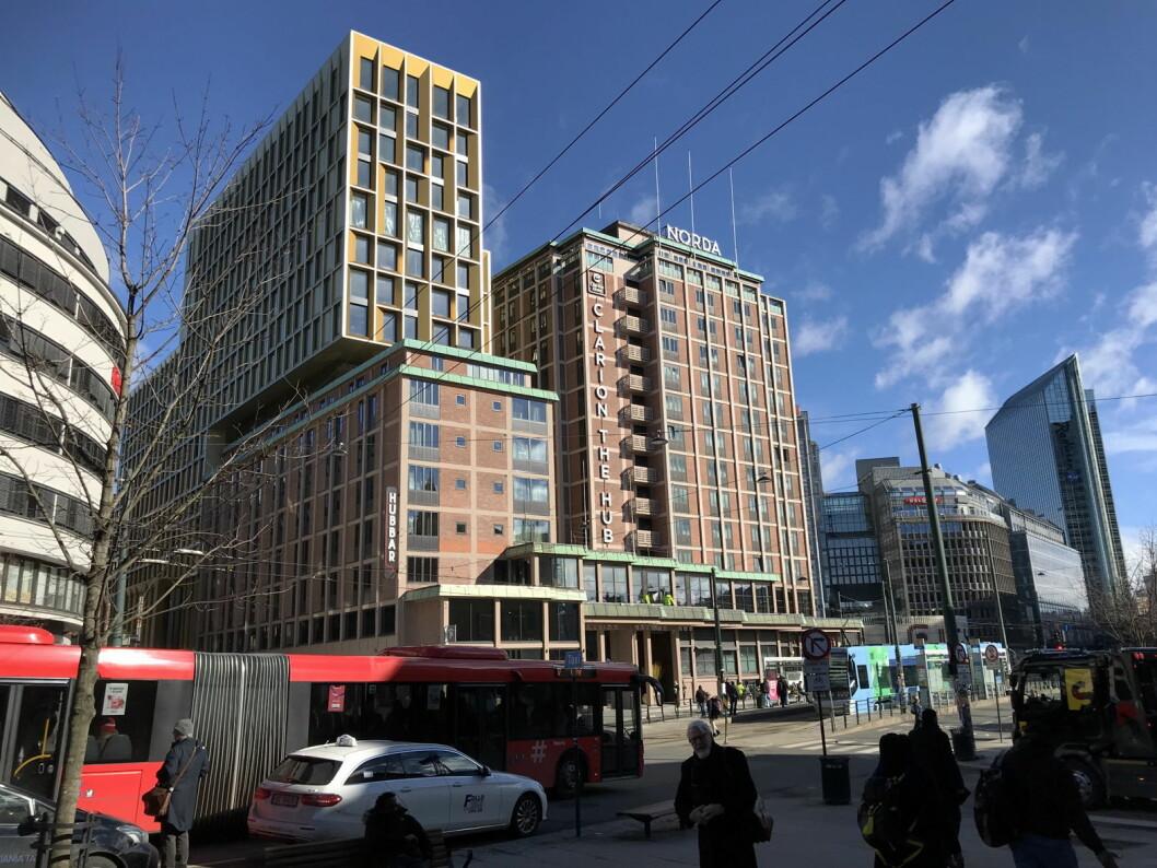 Clarion Hotel The Hub er nå Norges største hotell. I 2022 tar Radisson Blu Hotel Plaza (til høyre i bildet) igjen over tronen som det største hotellet i Norge. (Foto: Morten Holt)