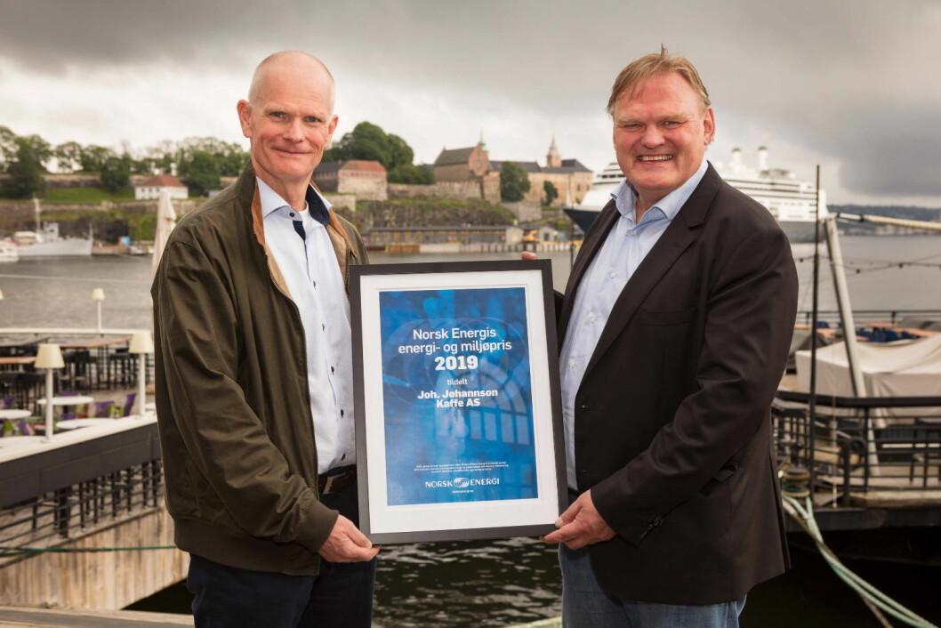 Administrerende direktør i Norsk Energi, Jon Tveiten (til høyre) overrekker årets EMIL-pris til prosjektdirektør i Joh. Johannson Kaffe, Ole-Kristian Mosvoll. (Foto: Sjo og Floyd)