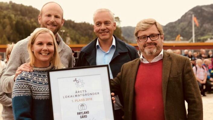 Pernille Vea og Gunnar Sagstuen (til venstre) fra Røyland Gård vant i 2018. Her sammen med kategoridirektør i Meny, Einar Gundersen og Bernt Bucher Johannessen fra Hanen. (Foto: Eli Strand)