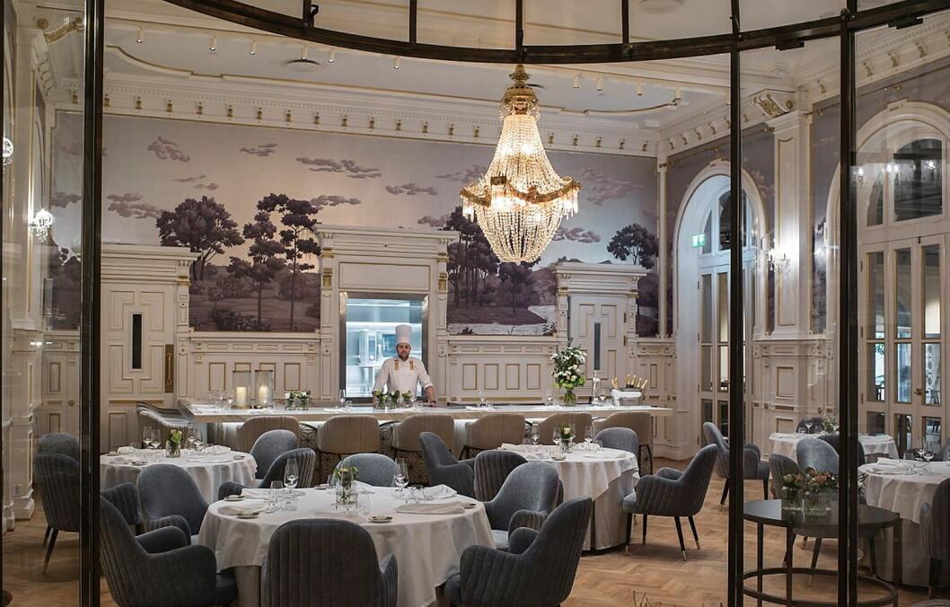Sølvmedaljevinner i Bocuse d'Or 2017, Christopher W. Davidsen, styrer det moderne kjøkkenet i Speilsalen på Britannia Hotel. (Foto: Dreyer-Hensley)
