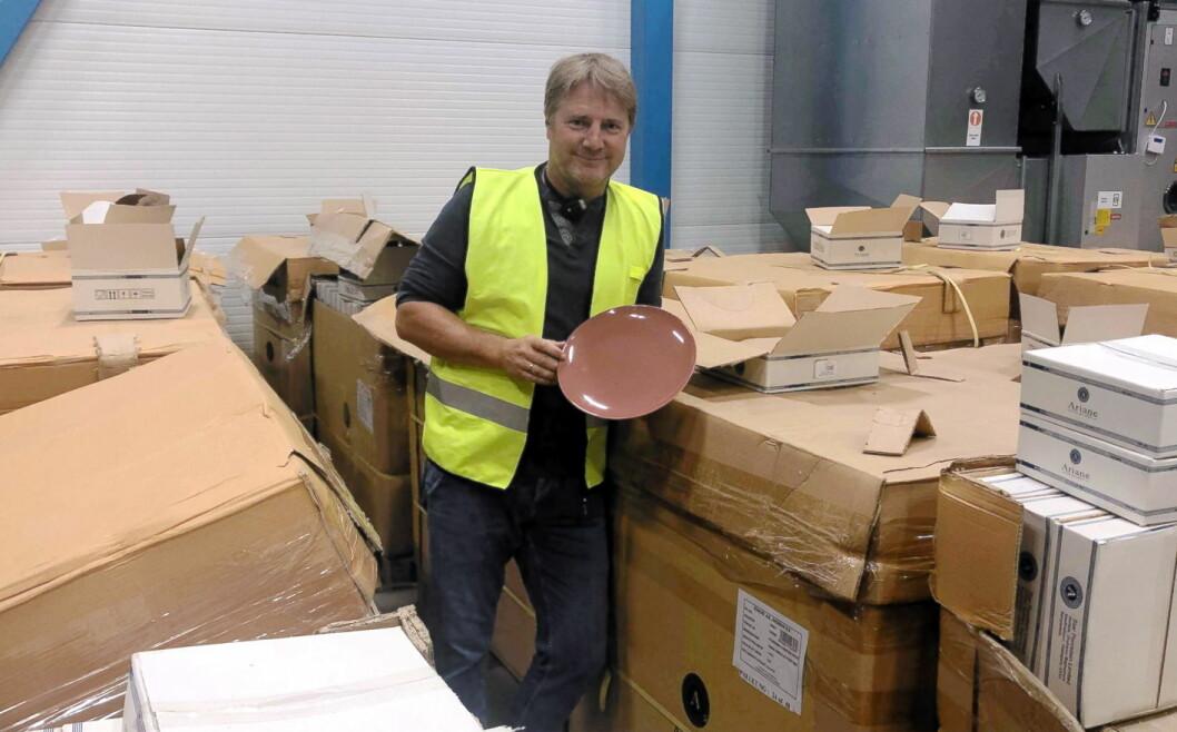 Culina lever for å levere kjøkken og serveringsutstyr. Her har de fått inn en container med nytt porselen, og kolleksjonsansvarlig Ole Terje Søbye er fornøyd. (Foto: Culina)