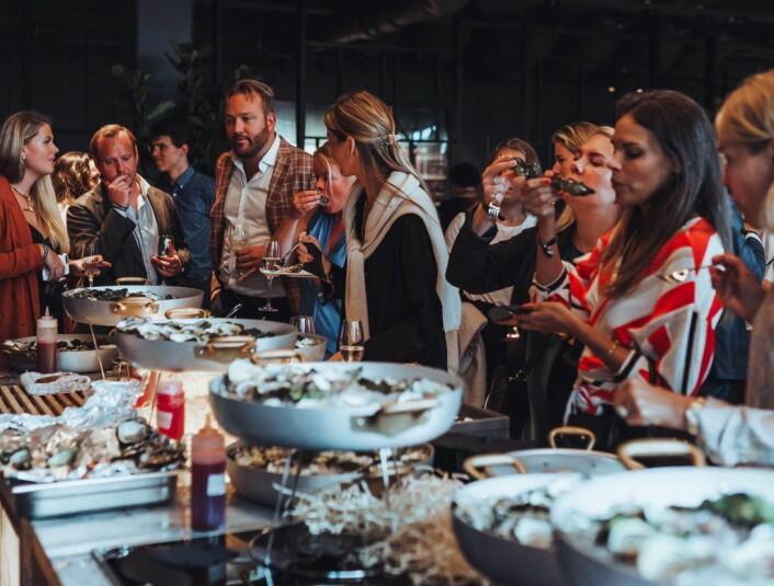 Gjester nyter maten under åpningsfesten. (Foto: Clarion Hotel)