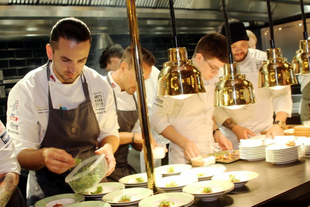 Filip August Bendi gjør et nytt forsøk i Årets kokk. Det gjør også forrige vinner Christian A. Pettersen (helt til høyre). (Foto: Morten Holt)