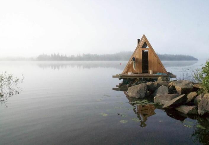 Badstua ved vannetpå Stedsans. (Foto: Thomas Kjelds)