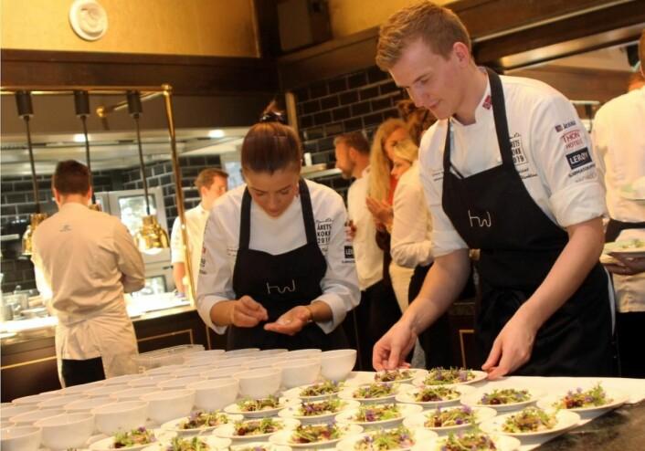 Britannia-duoen Runa Kvendseth og Håvard Werkland er blant Årets kokk-favorittene. (Foto: Morten Holt)