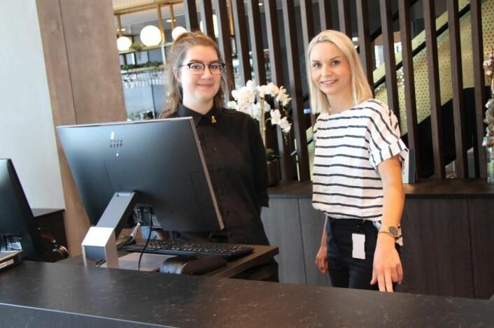 Hotelldirektør Lotte Fredriksen Syltevik sammen med resepsjonsmedarbeider Oda Aanonsen. (Foto: Morten Holt)