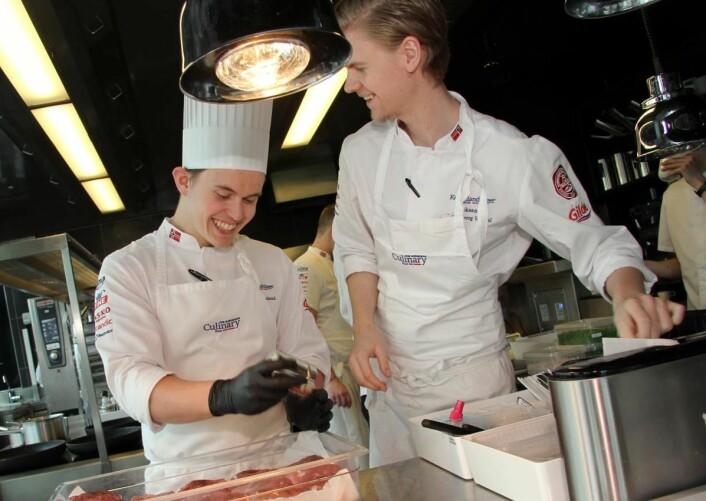 Aron Espeland (til venstre) og Aleksander Løkkeberg Vartdal var sammen på juniorkokkelandslaget, og begge finalister i Årets unge kokk 2019. (Foto: Morten Holt)