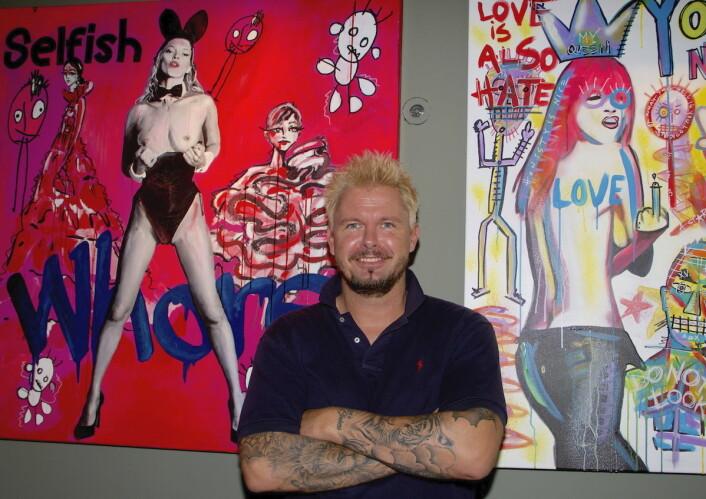 – Jeg liker å provosere litt med bildene mine, sier kunstner Mr. Kling, nærmere bestemt; Werner Kling. Kunstnerens innholdsrike «Pop-art»-kunst vil pryde veggene i de nye lokalene til Bølgen & Moi Gimle de nærmeste månedene. (Foto: Bølgen & Moi)