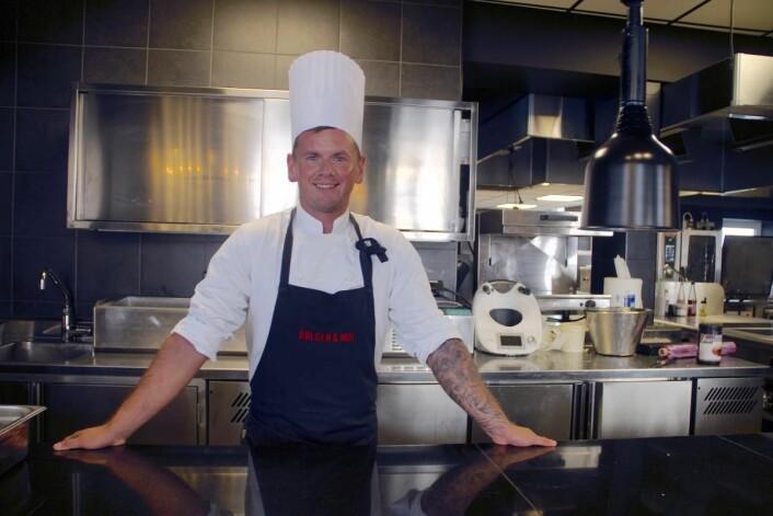 Soussjef Krzysztof Rybicki på plass i det splitter nye kjøkkenet til Bølgen & Moi Gimle. (Foto: Bølgen & Moi)