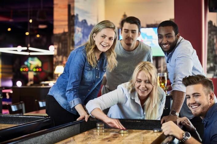 Nylig åpnet O'Learys restaurant i Skien der gjester kan spise burgere mens de spiller bowling og shuffleboard (bildet). (Foto: O'Learys)