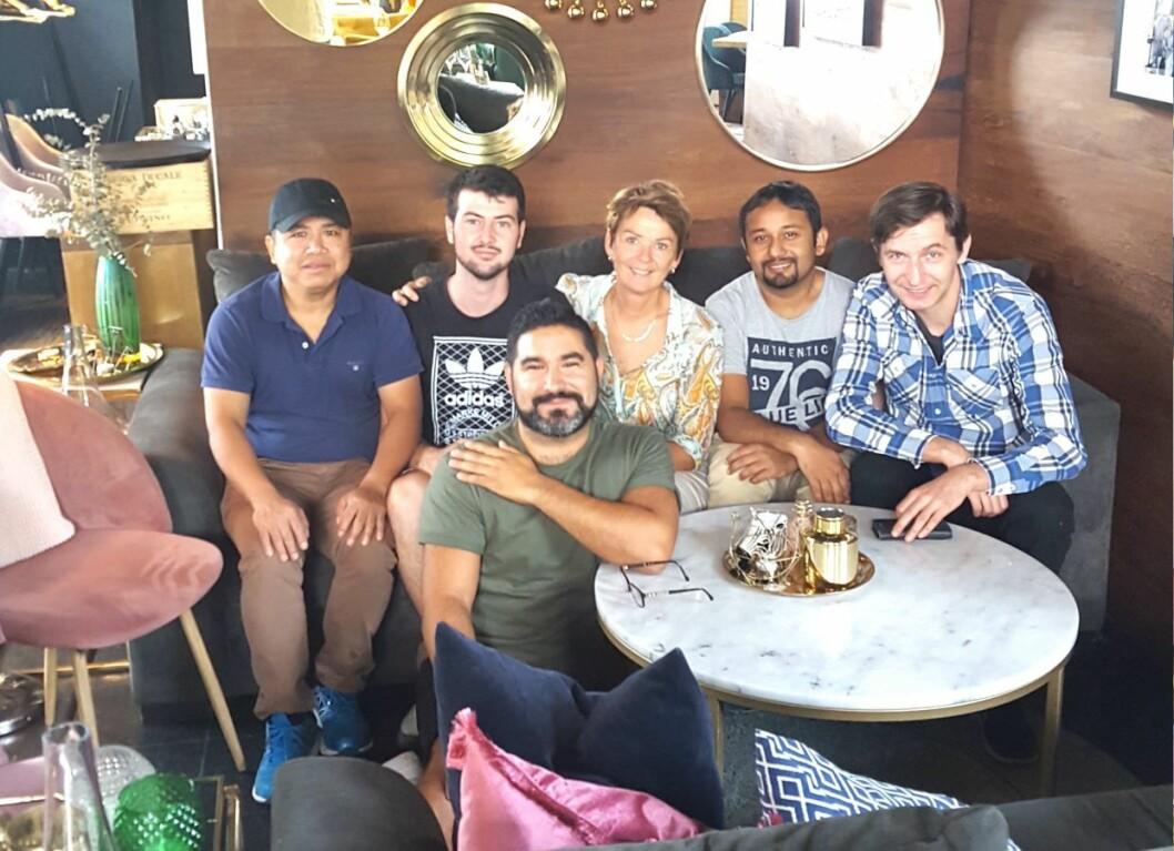 Kurs på restauranten Miss Sophie med lærer Gro S. Helland og kjøkkensjef David Hansson (foran). Foto: Kompetansehuset Neo