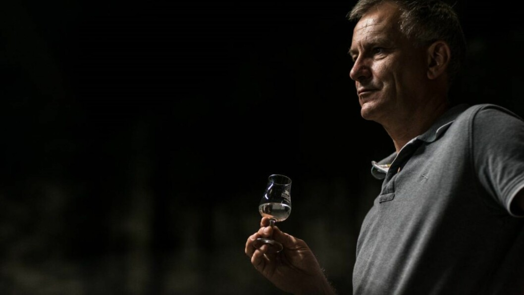 Jean-Philippe Bergier feirer 30 år som kjellermester hos Bache Gabrielsen med å blande en ny konjakk som har fått navnet Cercle. (Foto: Alexis Berg/Bache Gabrielsen)