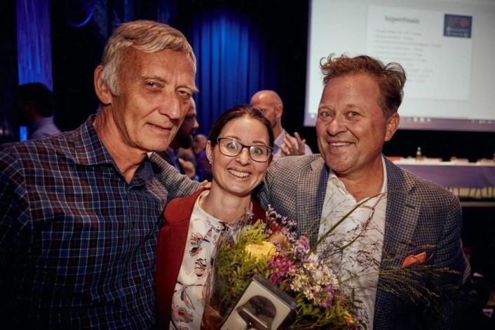 Rolf Heskeland, produktansvarlig i Tine, May- Liss Heggland, produktutvikler i Tine og Arne Hjeltnes som var konferansier under live-finalen i Marmorsalen på Sentralen i Oslo torsdag kveld. (Foto: Helge Brekke)