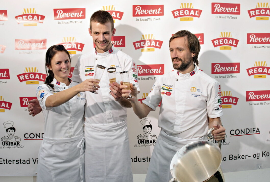 Glade norske bakere tok gull i Nordic Bakery Cup 2019. Det norske vinnerlaget bestod av Trude Beate Brendehaug, Jonathan Burt og Fredrik Lønne. (Foto: BKLF)