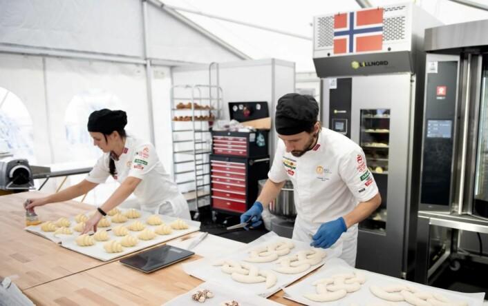 Trude Brendehaug og Fredrik Lønne i dyp konsentrasjon i den sju timer lange konkurransen. (Foto: BKLF)