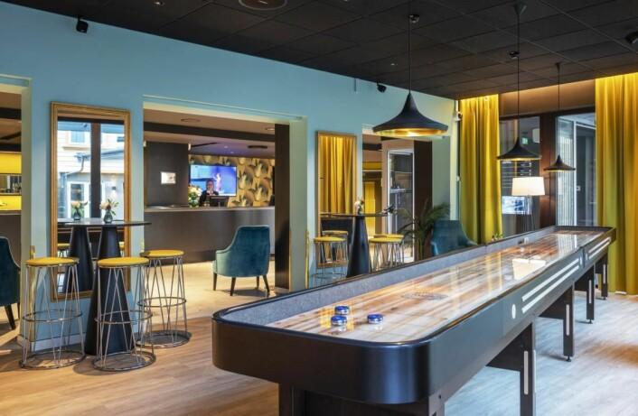 Thon Hotel Maritim har shuffleboard i resepsjonsområdet. (Foto: Thonhotels.no)