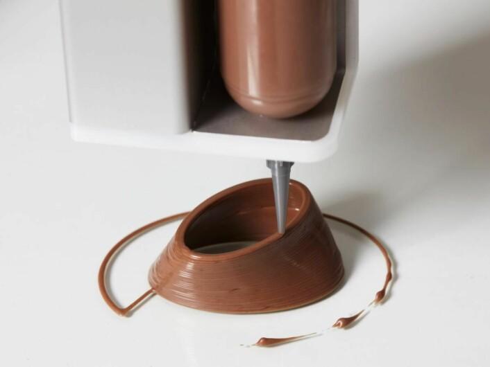 Matprinteren kan blant annet «skrive ut» dekorasjoner i sjokolade.