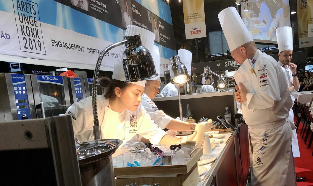 Liliana Haaland er en av fem kokker som i dag har konkurrert i Årets unge kokk. Her sammen med sin coach Bjørn Hettervik, og bak skimtes også commis Aleksandra Dawidovicz.