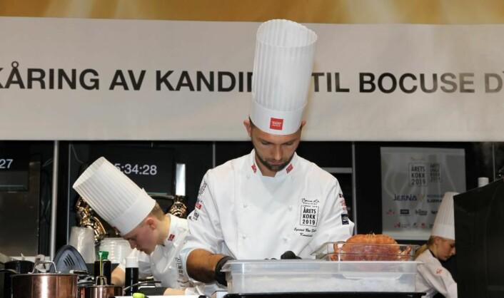 Øyvind Bøe Dalelv i boks 3. Bak skimtes commis Tobias Gabrielsen. (Foto: Heidi Fjelland)