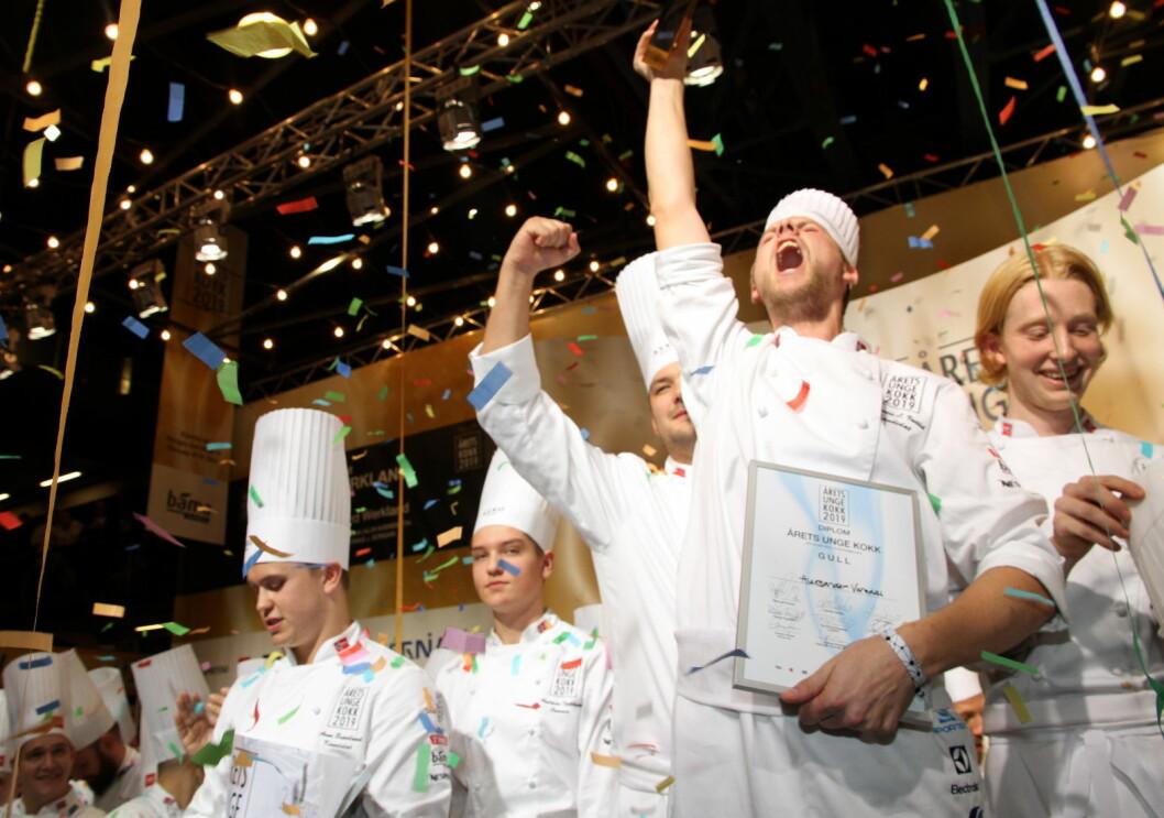 Aleksander Vartdal jubler etter seieren i Årets unge kokk. Til høyre commis Sebastian Skauen Johnsen og til venstre sølvvinner Aron Espeland. (Foto: Heidi Fjelland)