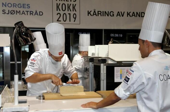 Filip August Bendi i boks 4. Til høyre coach Sebastian Myhre. (Foto: Heidi Fjelland)