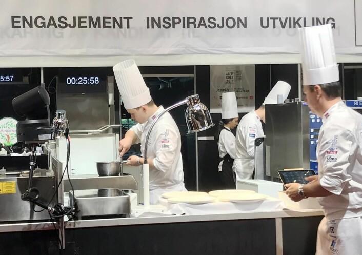 Vaaghals- og landslagskokk Aron Espeland er en av finalistene i Årets unge kokk. Til høyre coach Pål Suarez.