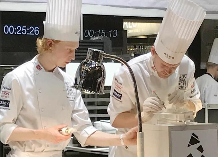 Aleksander Løkkeberg Vartdal, som er kjøkkensjef på Happolati, er en av finalistene i Årets unge kokk. Han assisteres av commis Sebastian Skauen (til venstre), som er lærling på restaurant Rest.