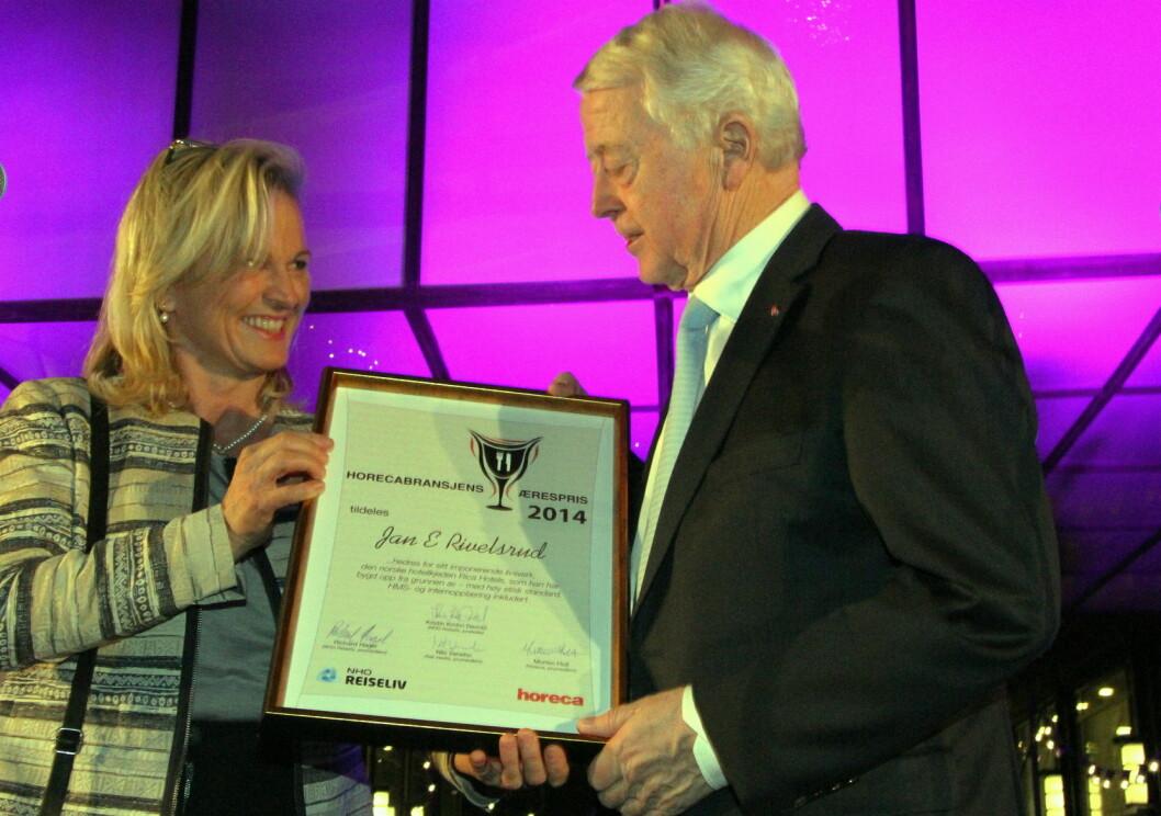 Jan E Rivelsrud ble tildelt Horecabransjens Ærespris i 2014 av leder i NHO Reiseliv, Kristin Krohn Devold. (Arkivfoto: Morten Holt)