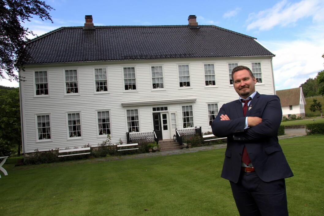 Daglig leder og hovmester Dagfinn Galdal foran hovedbygningen på Boen gård. (Foto: Morten Holt)