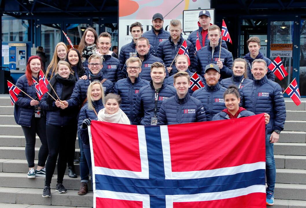 Supporter-gjengen i 2017 som var klare for å heie på det norske kokkelandslaget. Nå inviteres nok en gang lærlinger med på tur. (Foto: Sjo og Floyd)
